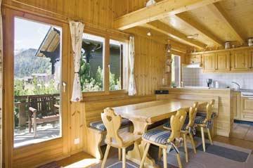 Chalet Collons - der große Esstisch mit offener Küche