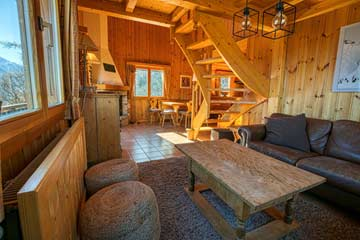 Wohnraum mit Sofa, Esstisch, offenem Kamin