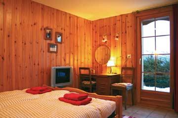 Schlafzimmer mit TV und Gartenzugang im UG
