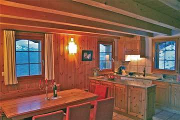 Ferienhaus Skipiste Nendaz - der Esstisch im Wohnraum