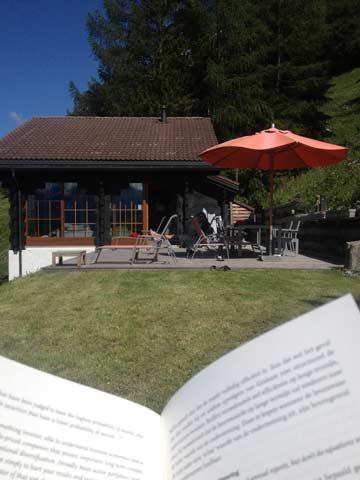 Relaxen mit einem guten Buch in der Walliser Sonne