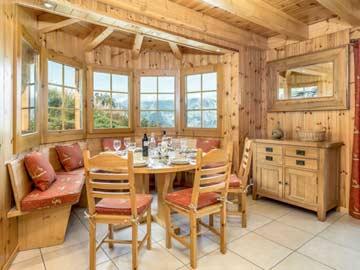 Komfortabel-gemütlicher Wohnraum; Esstisch mit Aussicht