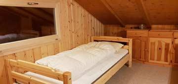 Kleines 2-Bett-Zimmer mit begrenzter Stehhöhe