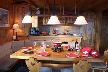 Esstisch mit Blick zur offenen Küche