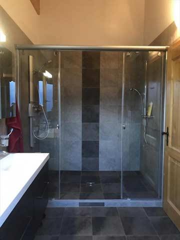 das Badezimmer mit Doppeldusche