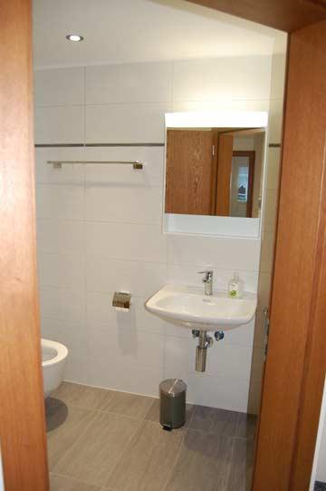 Modernes Badezimmer im neuen Anbau