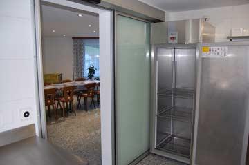 die Küche ist durch eine elektrische Schiebetüre vom Speise- und Aufenthaltsraum getrennt