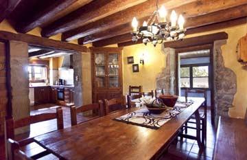 der große Esstisch im Wohnbereich mit Blick zur offenen Küche