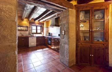 die zum Wohnbereich offene Küche